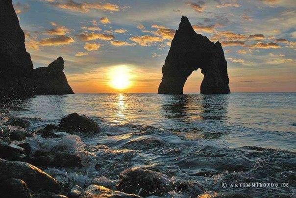 Золотые ворота Кара-Дага, Крым. Кара-Даг(Черная гора) - это единственный древний вулкан на территории Крыма. Возраст Карадага приблизительно 150 миллионов лет.