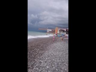 сегодня сильный шторм, в море даже не зайти😢