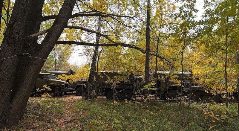стоят военные машины