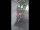 г. Кронштадт. 28 июля 2018 г . дети с папой бегают в летнюю погоду под дождем