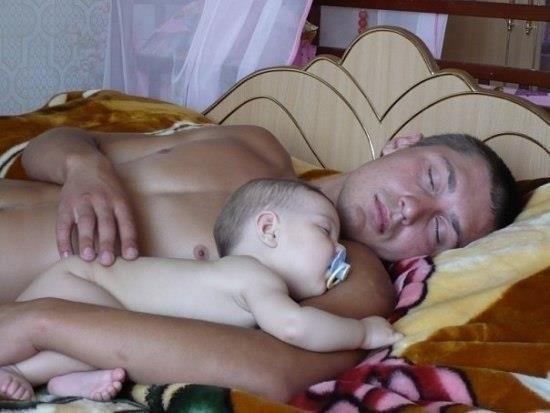 фото сын едет спящую маму