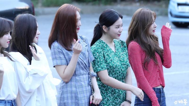 180817 차에 두고 내린 웬디 챙기는 레드벨벳(Red Velvet) 출근길 [뮤직뱅크] 4K 직캠 by 비몽