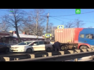 Фура перегородила движение по Рябовскому шоссе