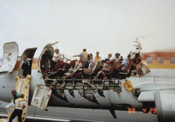 Удивительная история. Это реальный кадр. Самолету оторвало фюзеляж в небе.Четверг, 28 апреля 1988 года,13:00 по гавайскому времени.Заканчивается посадка на местный рейс AQ 243 из Хило в