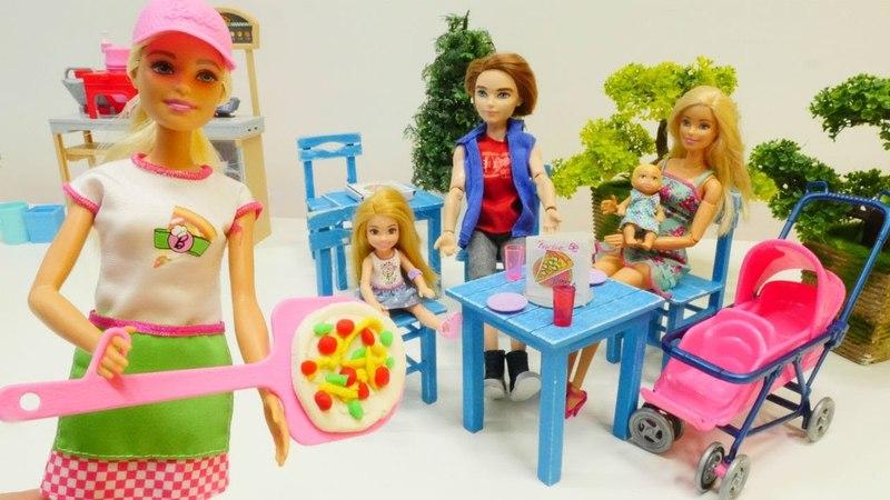 Barbie ailesi akşam yemeğine pizzacıya gidiyor