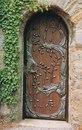 Двери с кованым деревом.