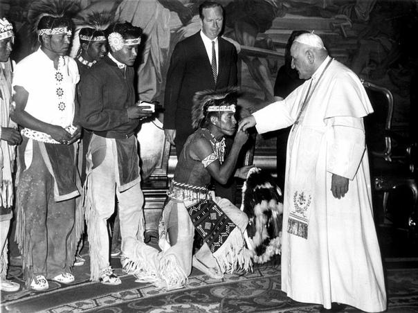 Папа Иоанн22 и индеец апачи, который преклоняет колени и целует ему руку во время аудиенции делегации индейцев в Ватикане