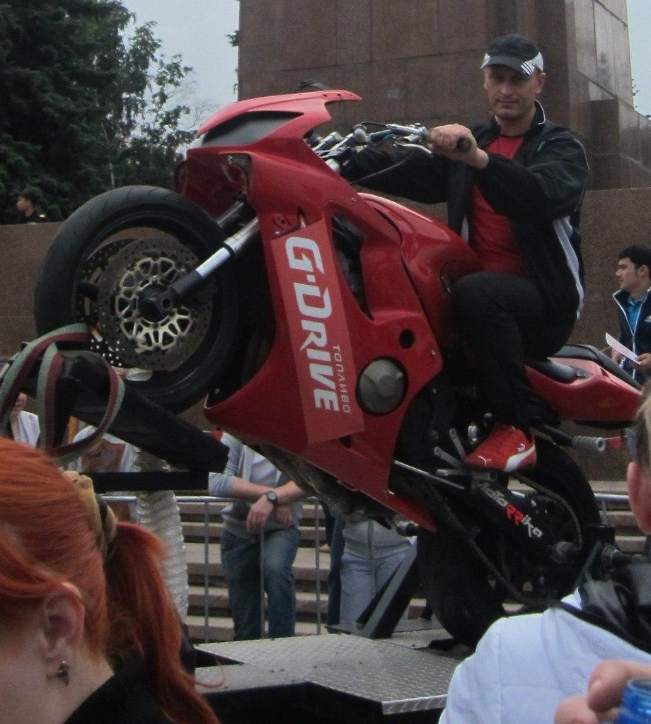 Мотоцикл поднятый