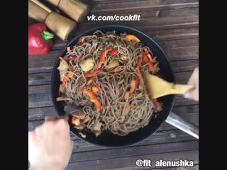 Японская гречневая лапша с индейкой и грибами.
