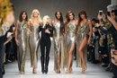 Дизайнер Донателла Версаче собрала на показе новой коллекции бренда Versace легендарных су…
