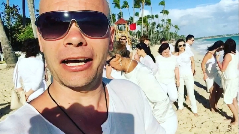 Утром на пляже в Доминикана все в белом