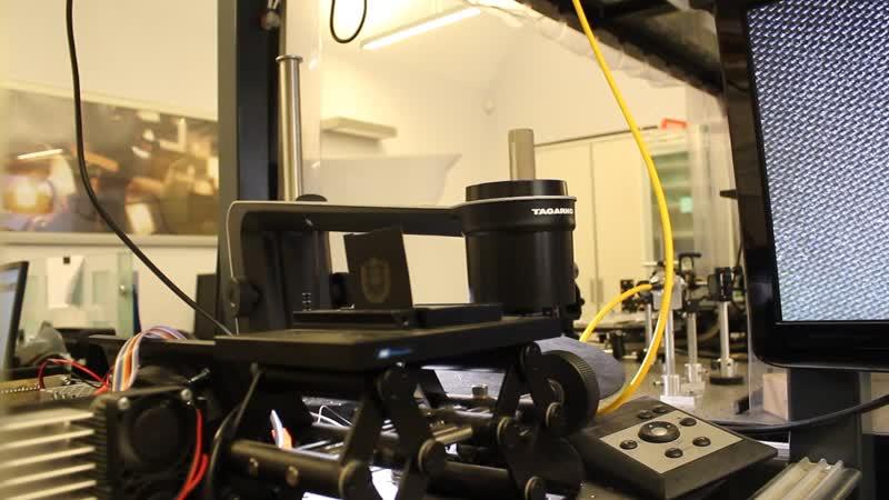 MVI_3262 лазер рисует герб МГТУ. Научно-образовательный центр Фотоника и ИК-техника
