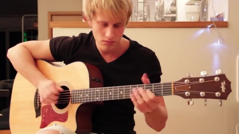 Симпатичный парень, красиво играет на гитаре