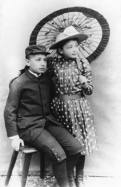 Молодой Альберт Эйнштейн с младшей сестрой Маей.