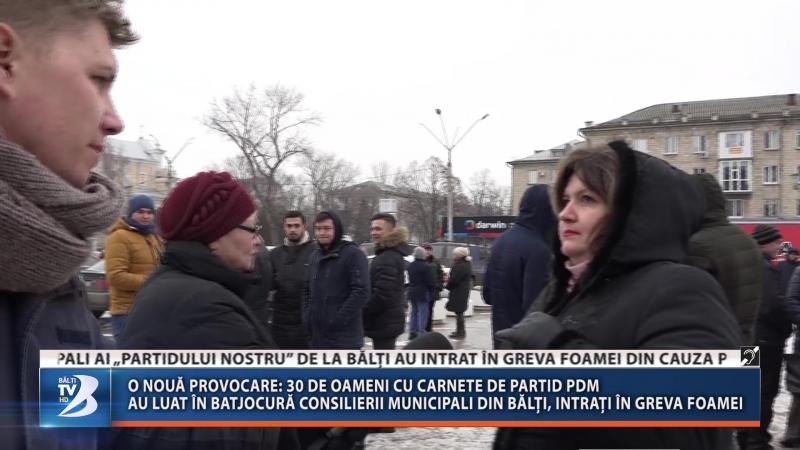 O nouă provocare: 30 de oameni cu carnete de partid PDM au luat în batjocură consilierii municipali din Bălți, intrați în greva