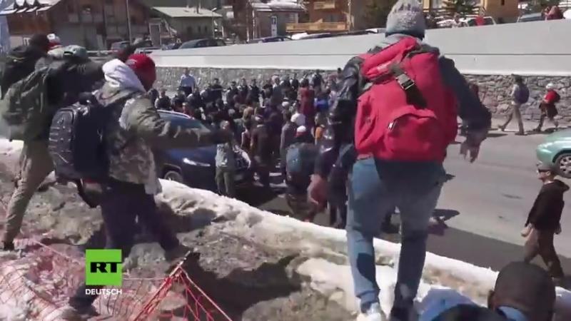 Nach Grenzschutzaktion der Identitären - Gegenprotestler stürmen mit Migranten_HIGH.mp4