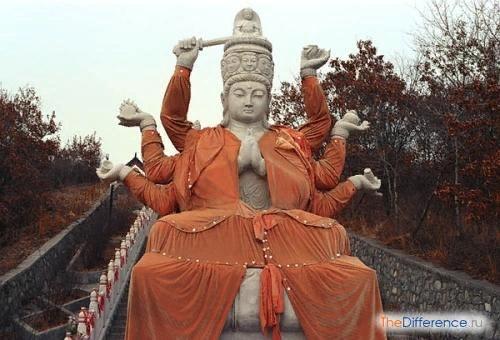 Разница между буддизмом и индуизмом Буддизм и индуизм имеют общие корни. Обе религии возникли в Индии, они генетически близки. Однако за многовековую историю своего становления буддизм впитал в