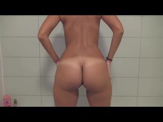 Красивая попка жены | девушка пописала в ванну (18+ голая порно pissing писсинг любительское частное домашнее)