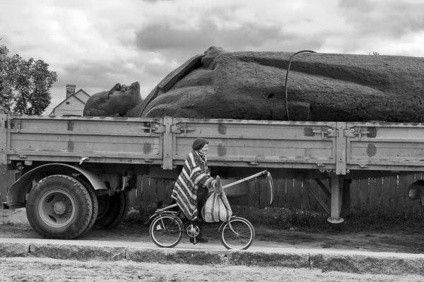 Транспортировкa памятника Ленину и бабушка с косой. Очень символично. СССР. Конец 1980-х