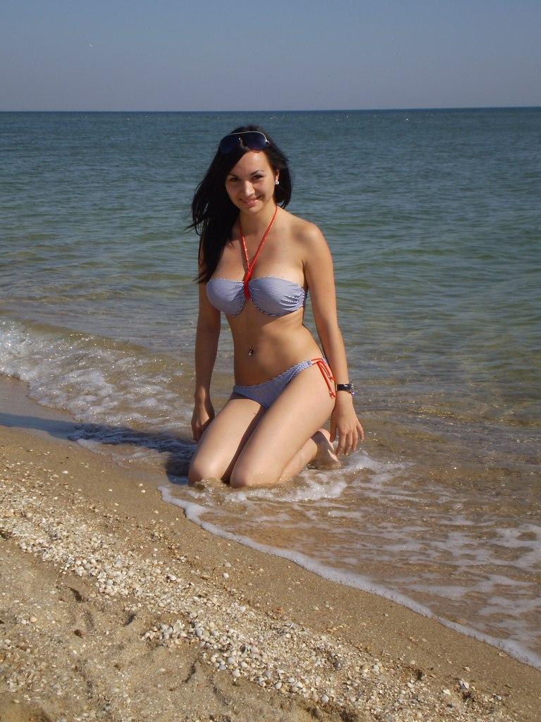 Девушка в полосатом сиреневом купальнике