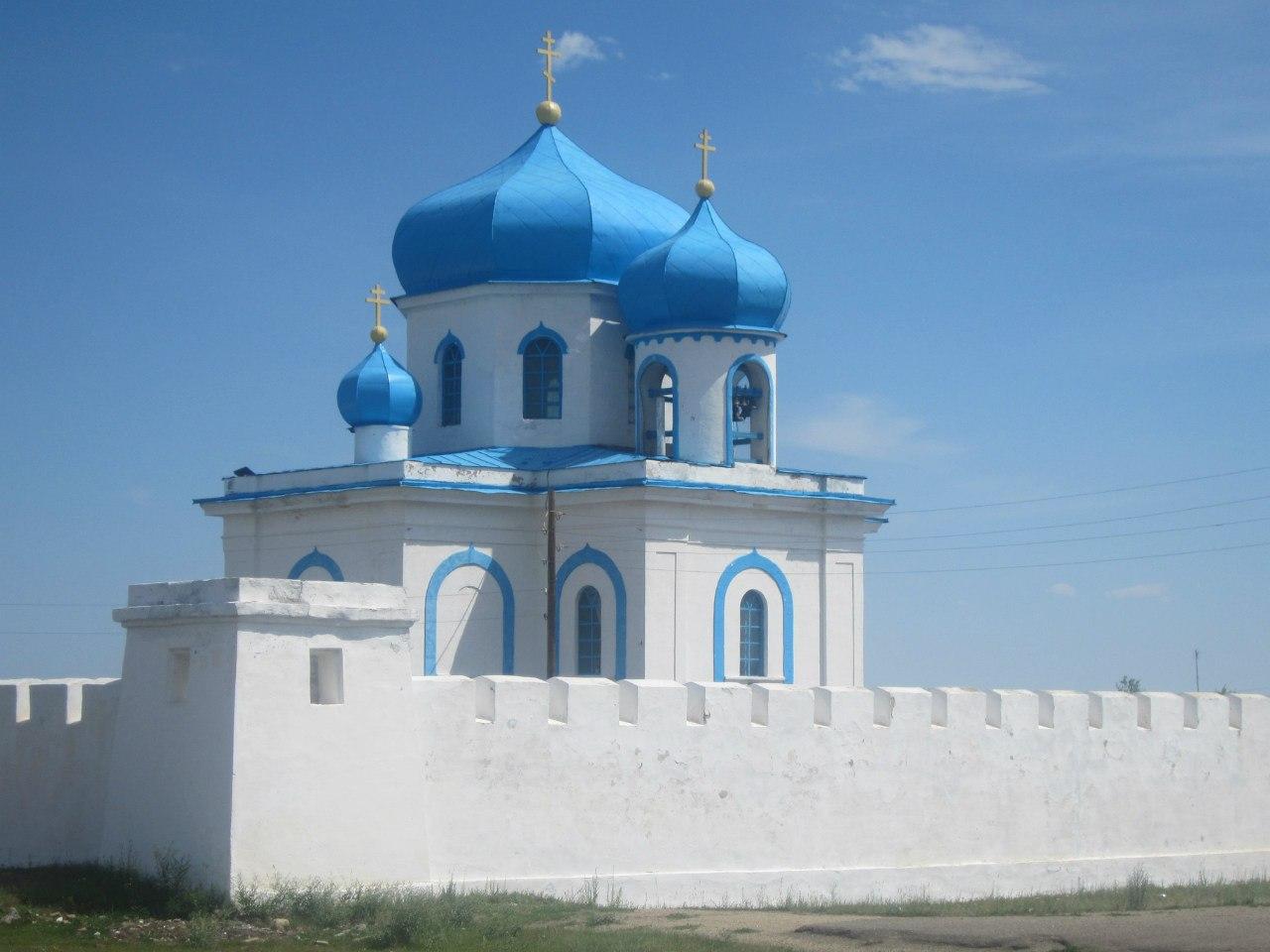 Внутри имеется православный храм (25.06.2013)
