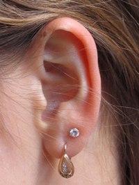Что делать, если дырки в ушах пробиты неправильно?  Не девочка уже далеко, и пробила уши кажется лет в 26.