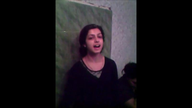 Поет молодая цыганка без музыки