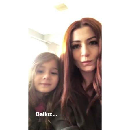 """Papatya Kokulum🌼 on Instagram: """"Anneli Kızlı.... Balll mısınız sizzz? 😍yerimm yerr... 🍯💙 . . @denizcakir DenizCakir ReyhanVardar Vurgun"""""""