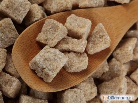 Разница между тростниковым и свекольным сахаром Очень часто сегодня в бакалейных отделах продуктовых магазинов, как крупных, так и совсем небольших, можно увидеть не только привычный для нас