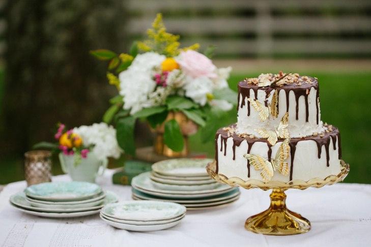 sTrNCLlREeA - Золотые и серебряные свадебные торты 2016 (70 фото)