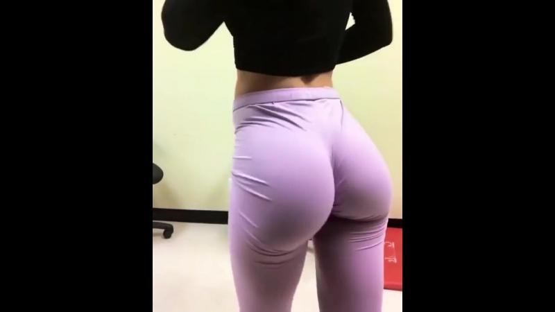 Шикарные сочные секси булки у стройной фитоняшки, большая упругая жопа спортсменка порно