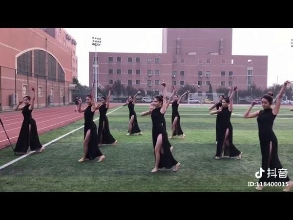 학교 운동장에서, 춤은 아주 아름답다! 나는 또한이 춤에 참여하고 싶다.