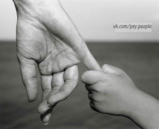 – 3 года: моя мама самая лучшая! – 7 лет: мама, я тебя обожаю! – 10 лет: мама, я тебя люблю! – 15 лет: мама, не ори! – 18 лет: хочу уйти из этого дома! – 35 лет: хочу вернуться к маме! – 50 лет: я не хочу потерять тебя, мама! – 70 лет: сколько бы я отдала, чтобы снова увидеть тебя, МАМА!