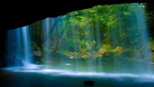 Фото дня. Водопад изнутри.