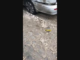 В Новосибирске на Каменской улице в районе дома №23 сегодня утром неадекватный водитель старенького Ниссана растолкал 5 автомоб
