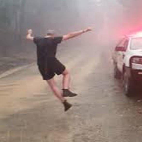 В объятой пожарами Австралии, от Мельбурна до Сиднея, пошел дождь. Осадки, которые будут идти до субботы, приостановят распространение пожаров и помогут в их тушении. А вот и счастливые лица