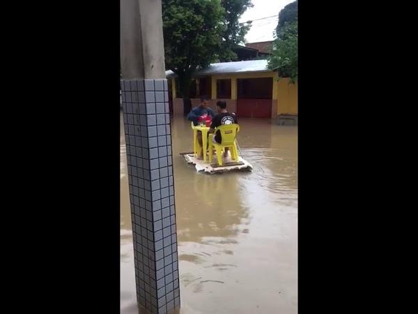 Os caras que decidiram beber em uma ilha flutuante na enchente