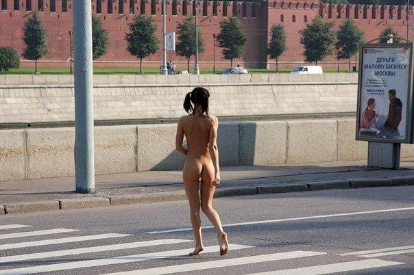 Молодая девушка гуляла голой по москве фото 605-609