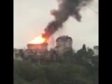В Сочи горит жилая многоэтажка. Три этажа уже уничтожены огнем, пламя перекинулось на соседний дом.