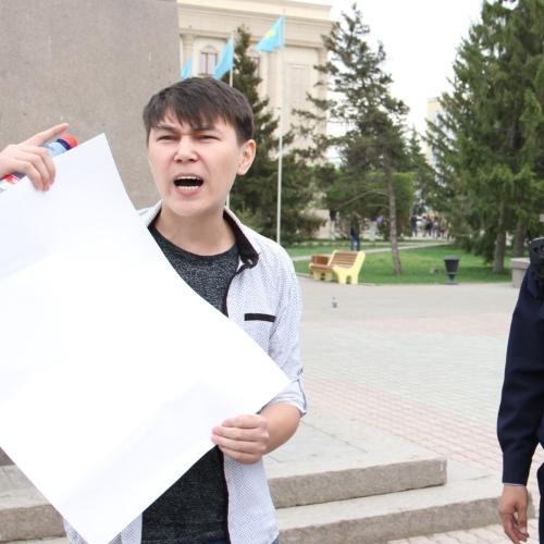 Полиция Казахстана задержала активиста с пустым плакатом. Он хотел показать отсутствие в стране гражданских прав