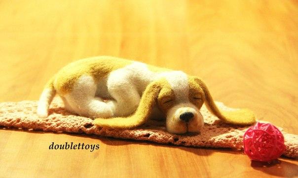 Авторская игрушка из шерсти. Спящий бассет. Выполнена методом сухого валяния…. (3 фото) - картинка
