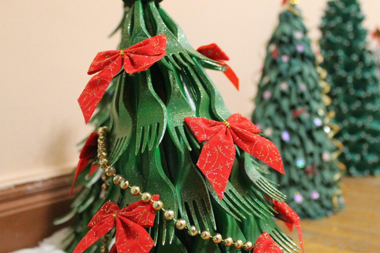 Новогодние елки своими руками из подручных материалов фото