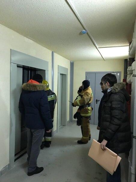 Грузовой лифт с пассажиром внутри в Шушарах
