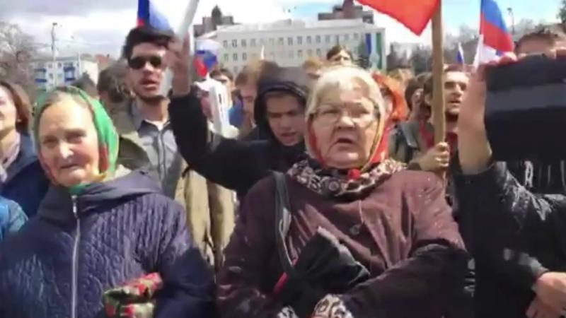 05 05 2018 г Пришли люди самого разного возраста Народ скандирует Мы здесь власть Позор и Россия без Путина