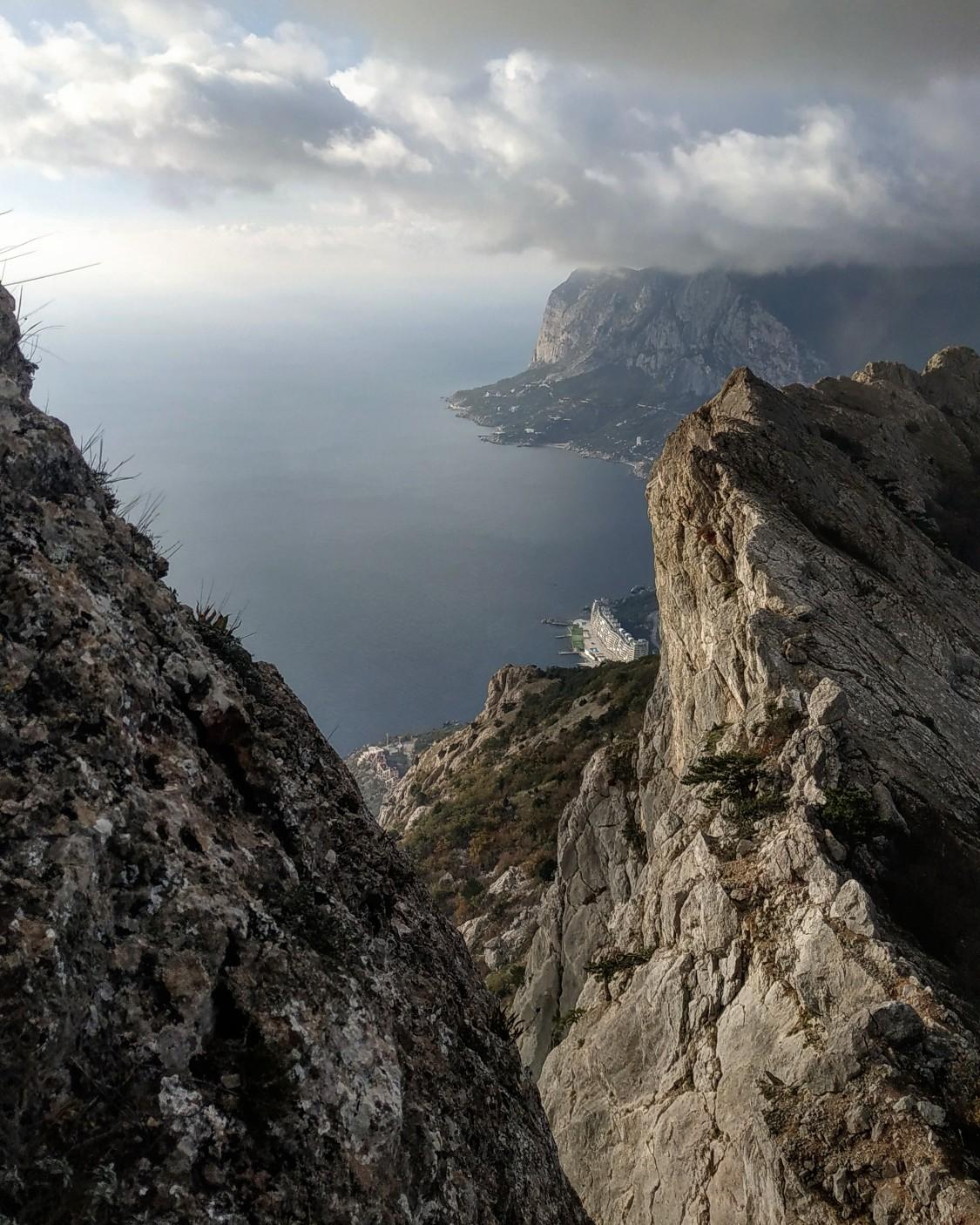 Вид на скальный гребень, по которому проходит маршрут