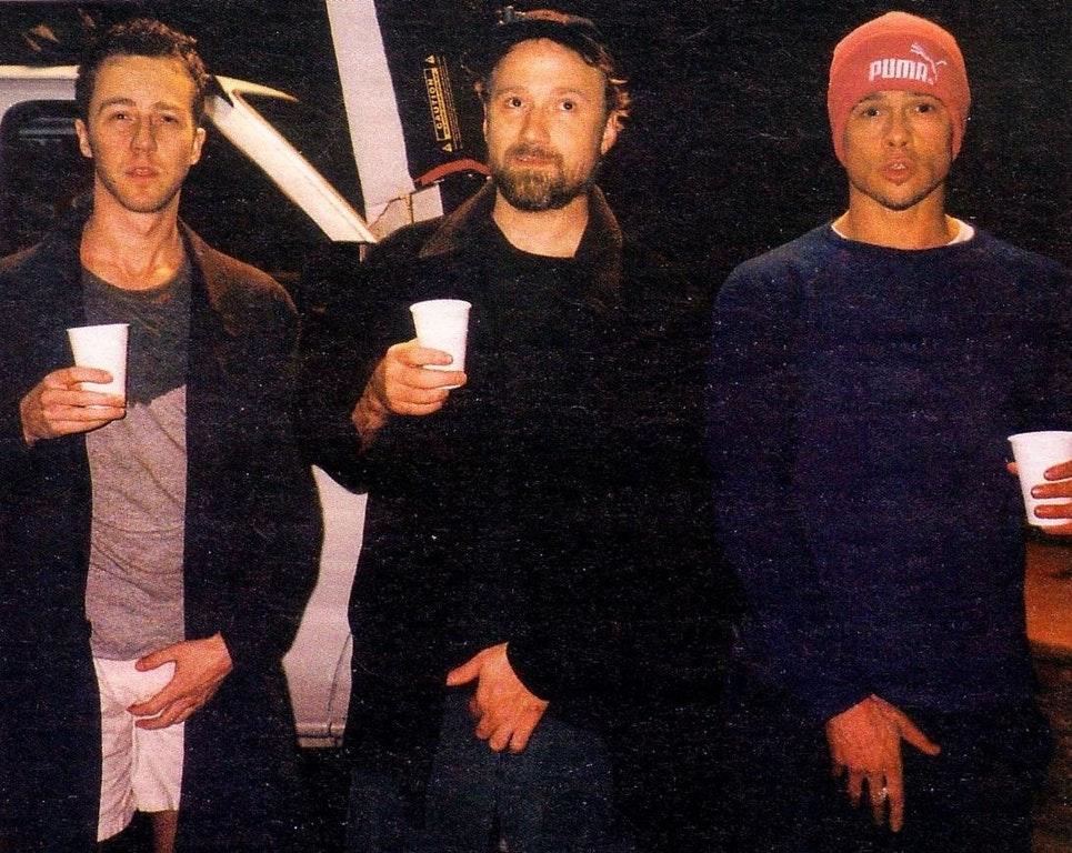 "Эдвард Нортон, Дэвид Финчер и Брэд Питт на съемках фильма ""Бойцовский клуб"", 1998 год."