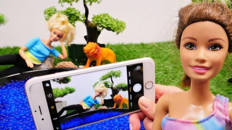 Kindervideo mit Puppen. Barbie und ihre Freundin machen Fotos