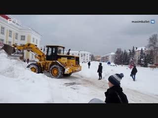 Московские артисты за свой счет расчистили дорогу к Дому культуры в Зеленодольске