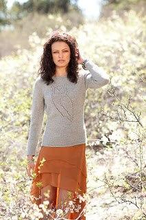 http://domosed-ka.ru/knitting/sova.  Тонкий свитер с совой от дизайнера Kэтти Кастильо.