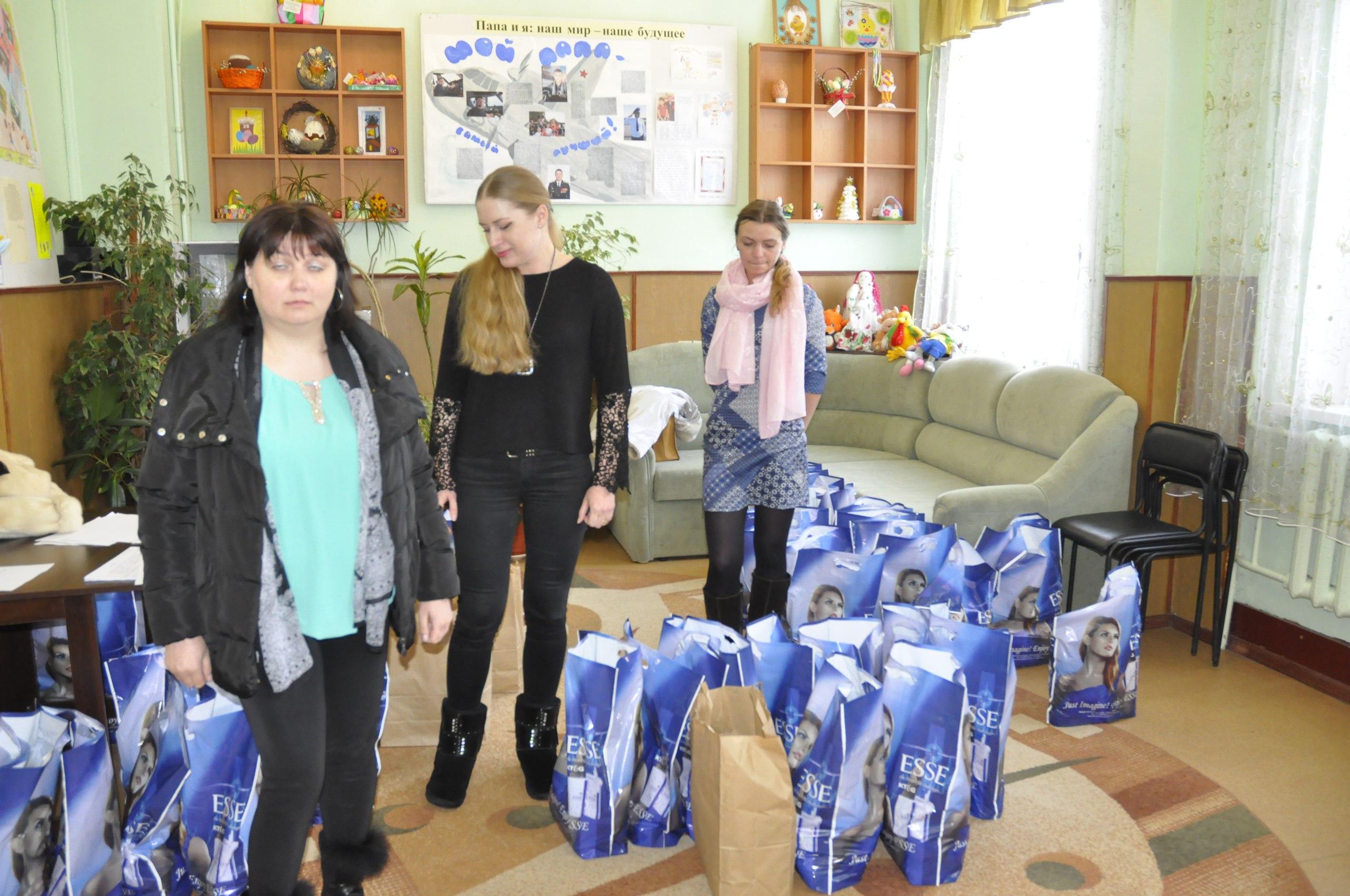 Представители южно-корейского предприятия вручили продуктовые наборы нуждающимся семьям